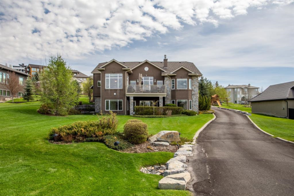136 SLOPEVIEW Drive SW, Calgary