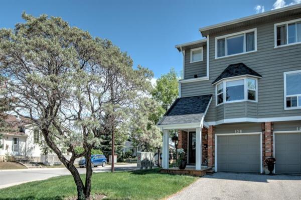 138 Woodglen Grove SW, Calgary