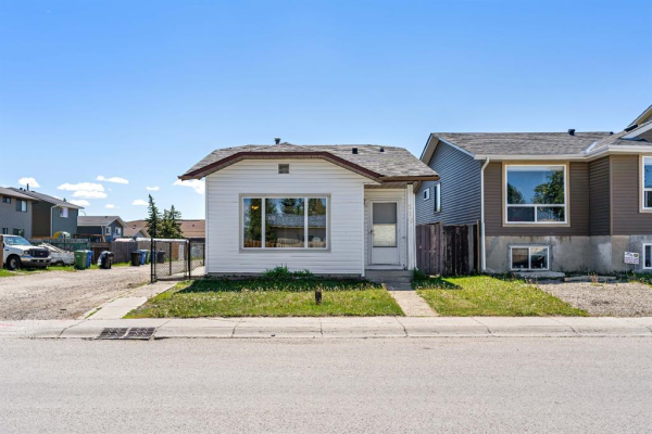 212 Castlegreen Close NE, Calgary