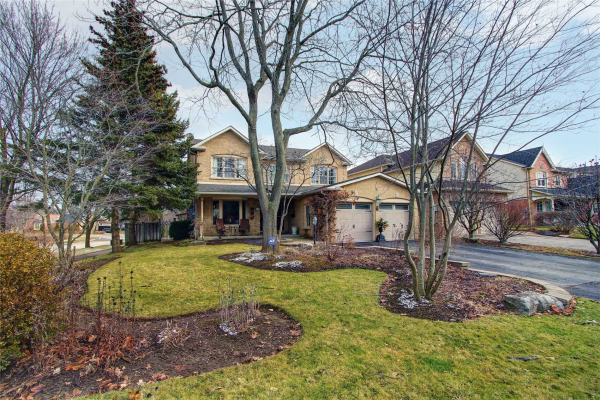 72 Rothean Dr, Whitby