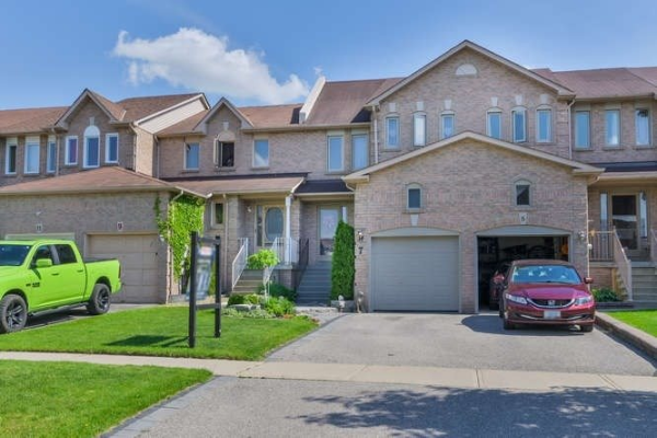 7 Pinebrook Cres, Whitby