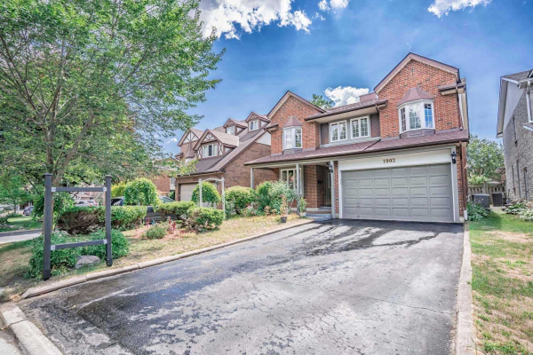 1002 Mountcastle Cres, Pickering