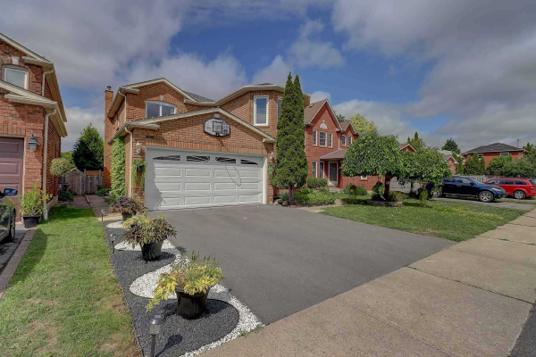 18 Fencerow Dr, Whitby