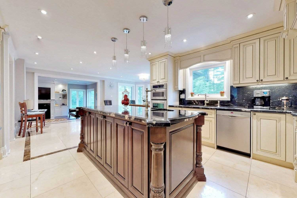 560 Woodland Acres Cres, Vaughan