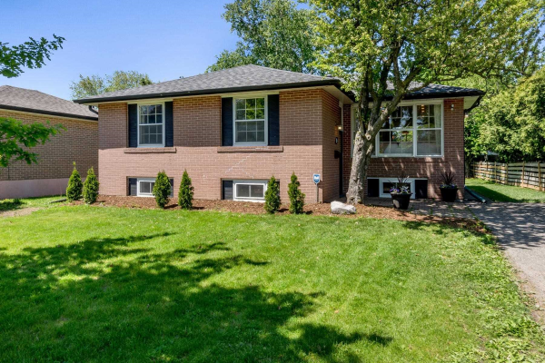 $799,900 • 9 Dowling Cres