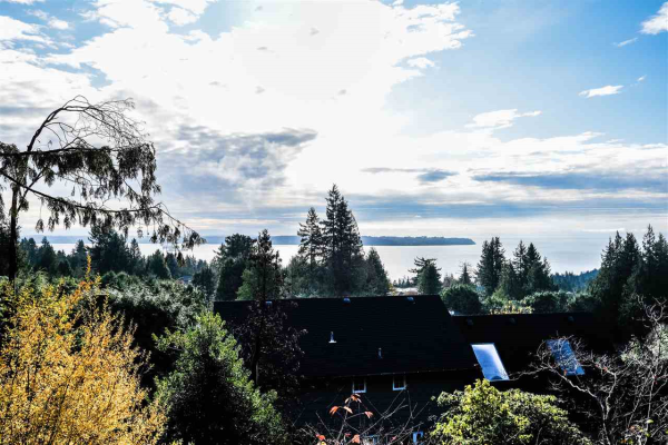 4607 WOODGREEN DRIVE, West Vancouver