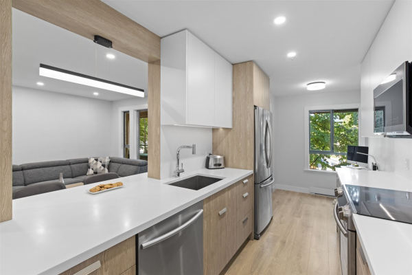 312 223 MOUNTAIN HIGHWAY, North Vancouver