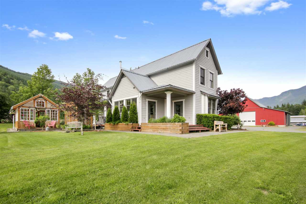 945 COLUMBIA VALLEY ROAD, Columbia Valley